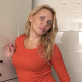 Blonde Cougar is toying her pussy